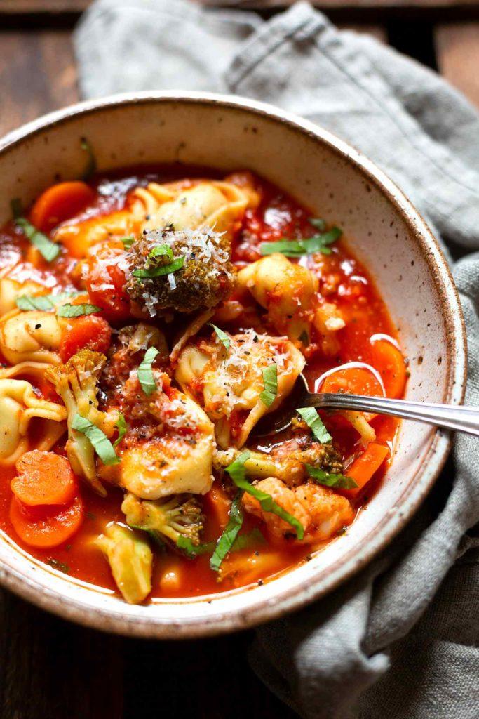 Deftiger Gemüse-Tortellini-Eintopf: 15 schnelle und einfache Familienrezepte mit extra viel Gemüse und Tipps & Tricks, wie ihr selbst die kritischsten Esser am Tisch überzeugt. Meal Prep geeignet, ohne viel Schnick Schnack und super lecker. Kochkarussell - dein Foodblog für schnelle und einfache Familien Rezepte.