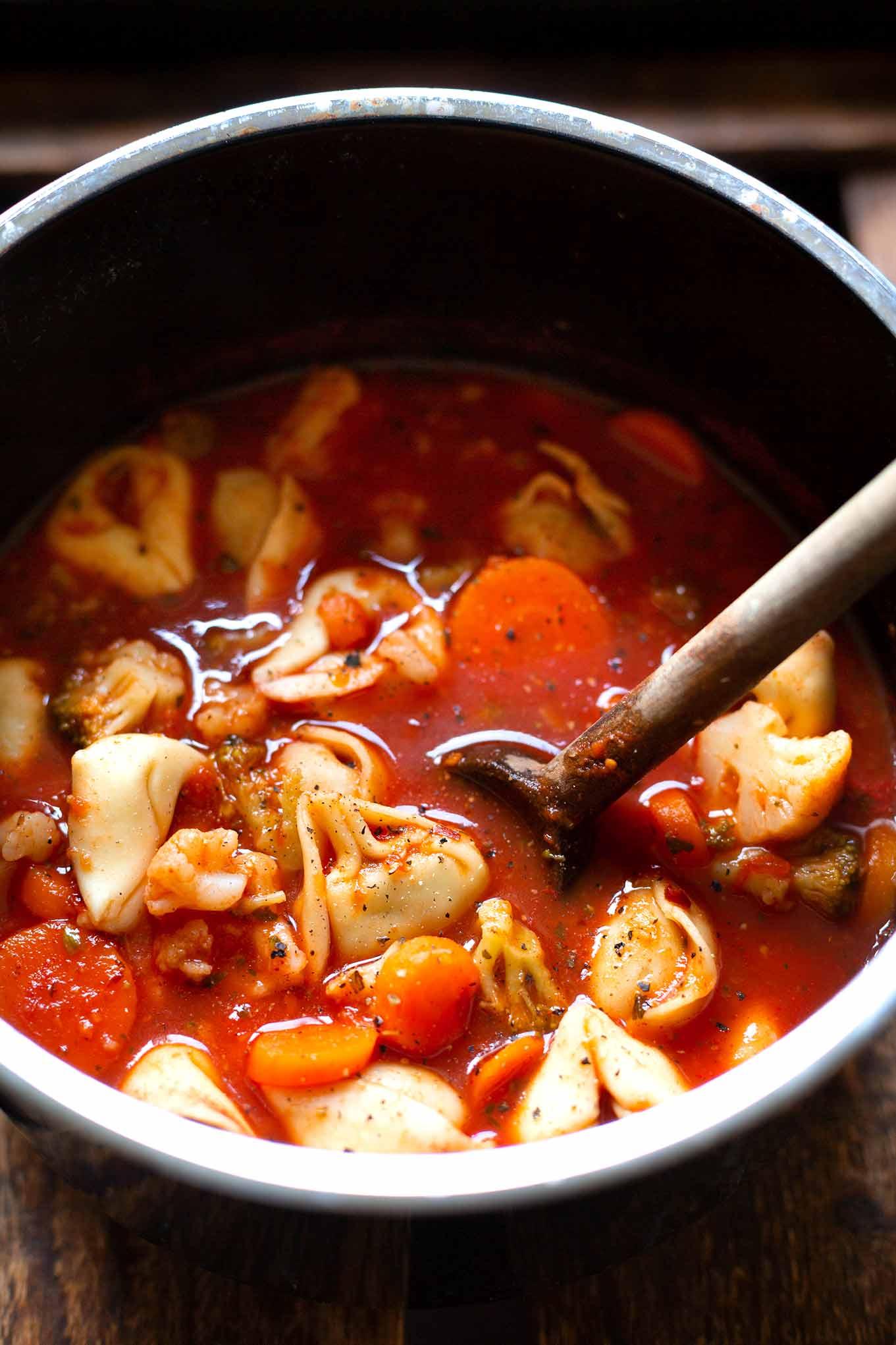 Deftiger Gemüse-Tortellini-Eintopf: Dieses Knaller-Herbstrezept steht in nur 20 Minuten auf dem Tisch und ist damit perfektes, gesundes Feierabend-Soulfood! Kochkarussell - dein Foodblog für schnelle und einfache Feierabendküche #kochkarussell #eintopf #tortellini #soulfood #herbstrezept
