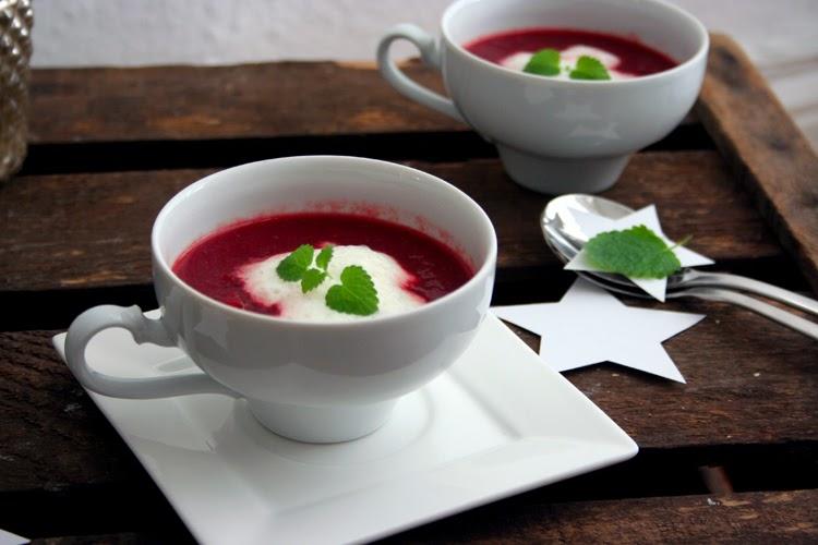 Rote-Beete-Suppe mit Wasabischaum in Tassen mit Minze dekoriert