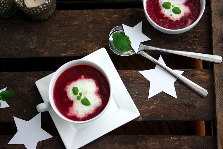 Rote-Beete-Suppe mit Wasabischaum von oben