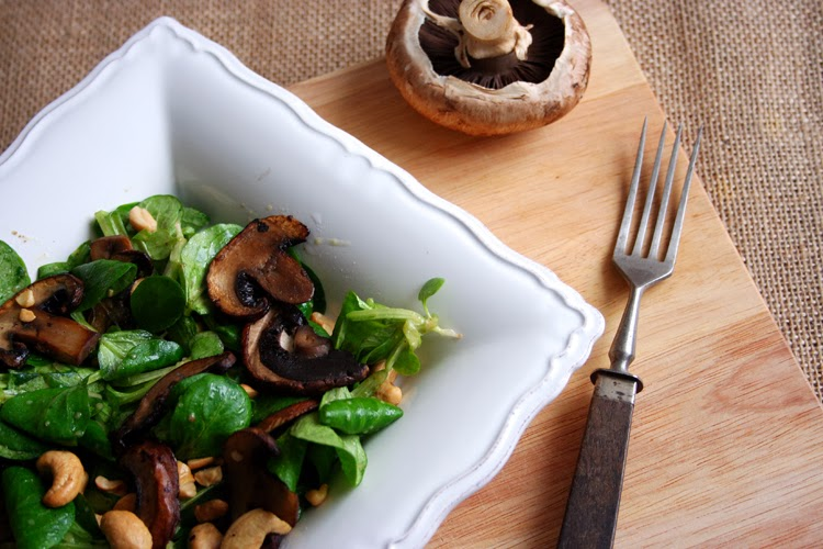 feldsalat mit gebratenen champignons und cashews. Black Bedroom Furniture Sets. Home Design Ideas
