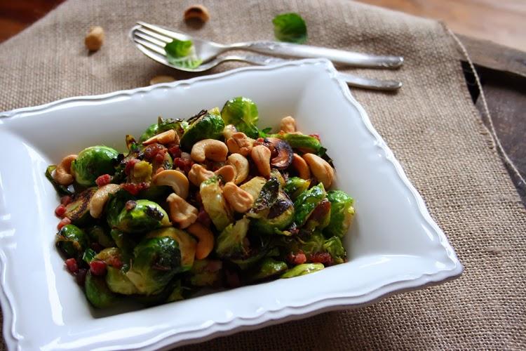Kochkarussell: Rosenkohlsalat mit Speck, Cashews und Feigensenf-Dressing