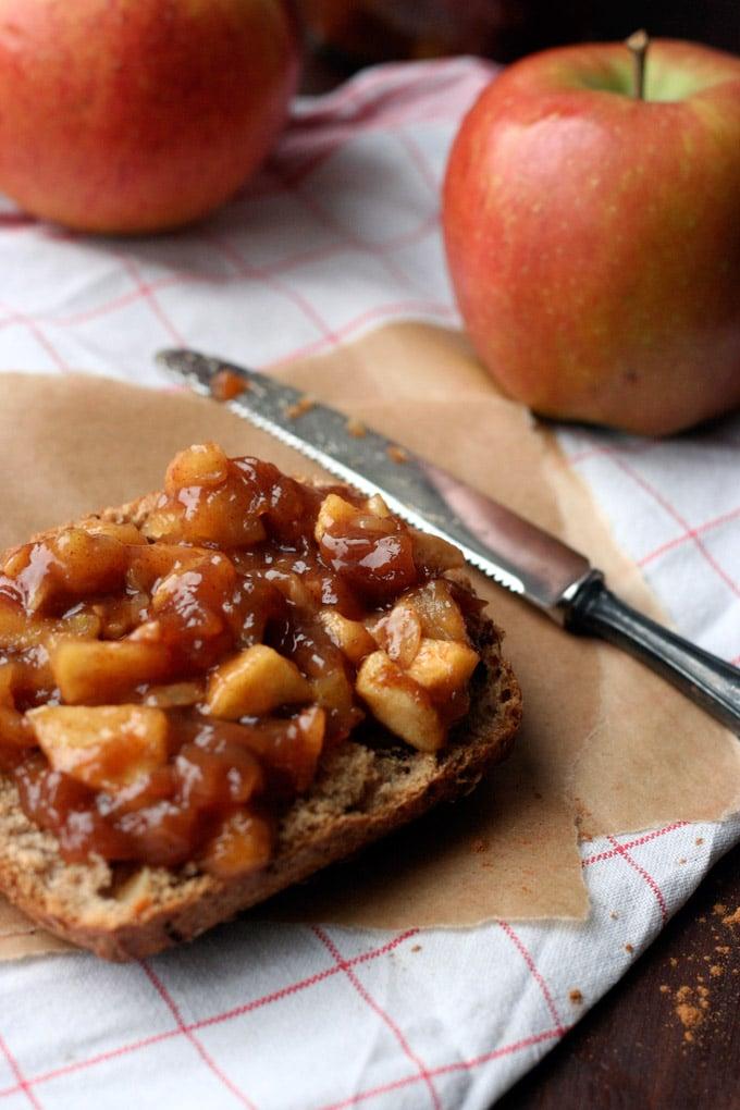 4-Zutaten Bratapfelmarmelade mit karamellisierten Apfelstückchen, Zimt und geröstete Mandeln - Kochkarussell.com