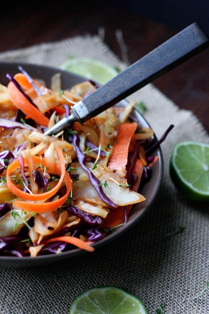 Leichtes Pad Thai mit feinen Kohlstreifen Low Carb und noch dazu so unglaublich lecker - Kochkarussell.com