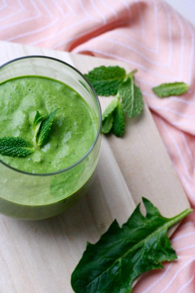 Der Green Smoothie mit Kokos und Minze ist Liebe auf den ersten Schluck - Kochkarussell.com