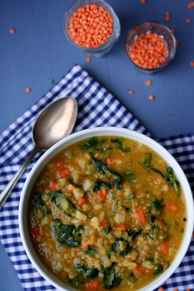 Das rote Linsencurry mit Blattspinat ist frisch, gesund und steht in 20 Minuten auf dem Tisch. - Kochkarussell.com
