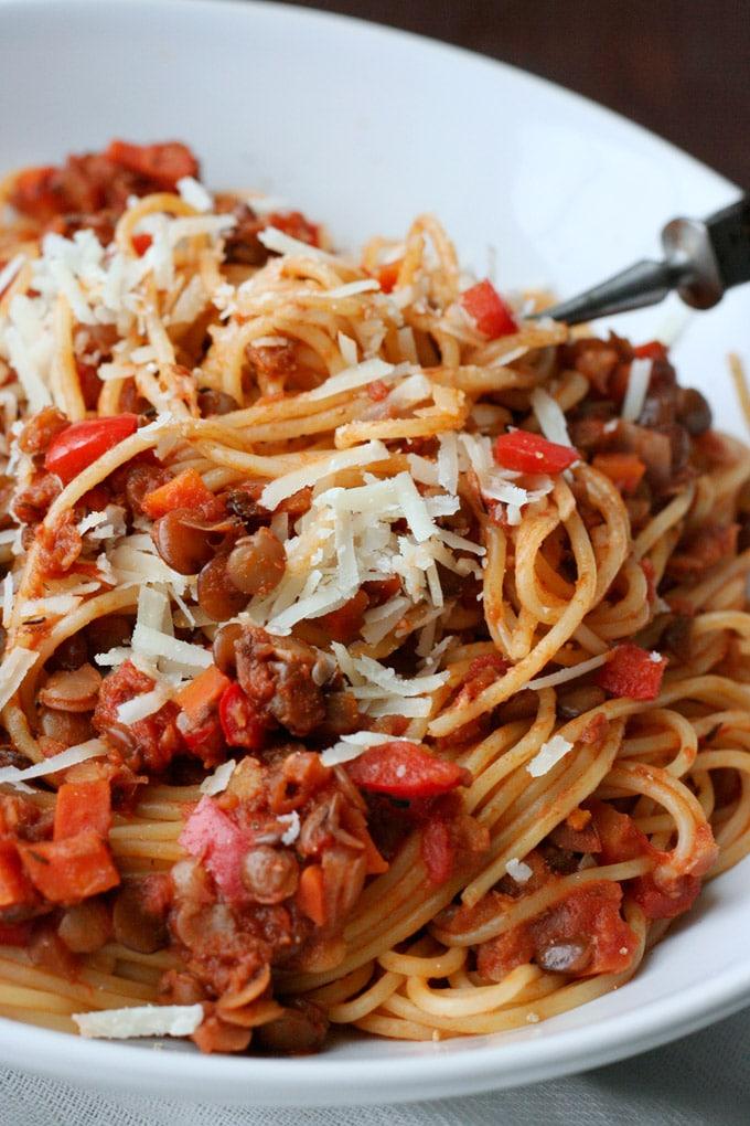 Die vegetarische Linsen-Bolognese ist einfach, herzhaft und vollgepackt mit typischen Bolognese-Zutaten - Kochkarussell.com