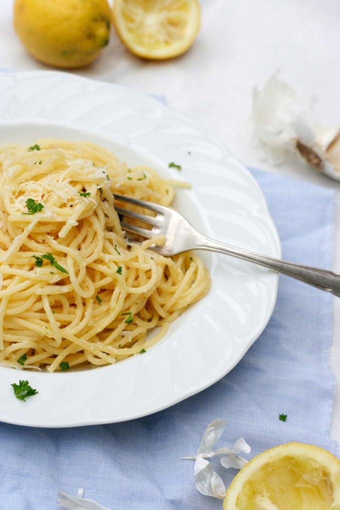 15-Minuten Pasta mit Knoblauch, Zitrone und Parmesan. Ein schnelles und köstliches Pastagericht - Kochkarussell.com