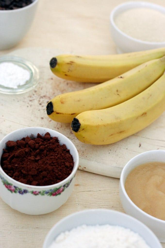 Das Double Chocolate Banana Bread ist schokoladig, saftig und mit vollem Bananengeschmack. Perfekt, um reife Bananen aufzubrauchen und für Schokoholics - Kochkarussell.com