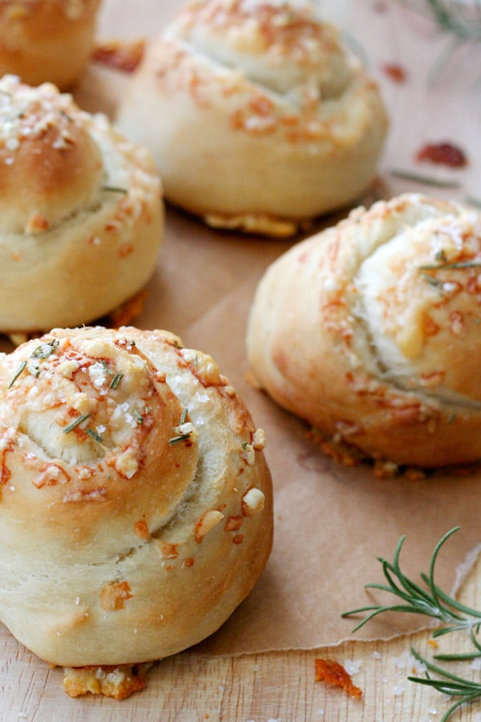 Fluffige Parmesan Rosemary Buns mit einer Extraportion Käse - Kochkarussell Foodblog