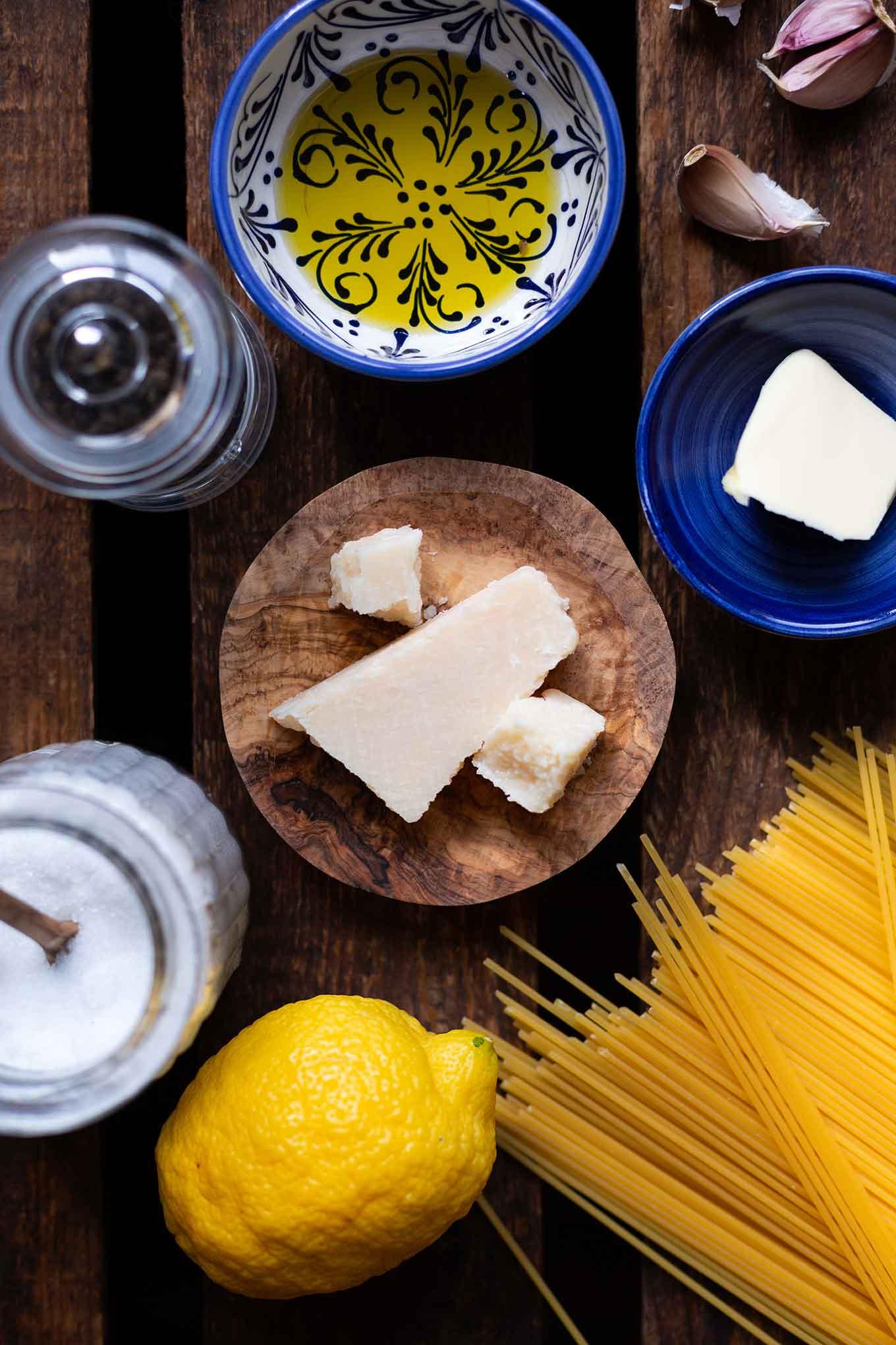 Frisch, köstlich und in 15 Minuten auf dem Tisch: Die Pasta mit Knoblauch, Zitrone und Parmesan ist perfekt als schnelles Abendessen unter der Woche! - Kochkarussell Foodblog #pasta #spaghetti #knoblauch