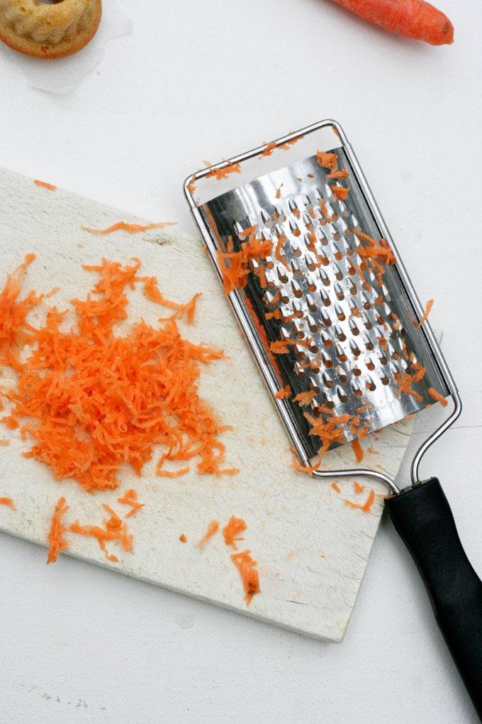 Ihr werdet die saftigen Karottenkuchen Mini Gugls lieben, weil sie im Handumdrehen gemacht und noch viel schneller vernascht sind - Kochkarussell.com