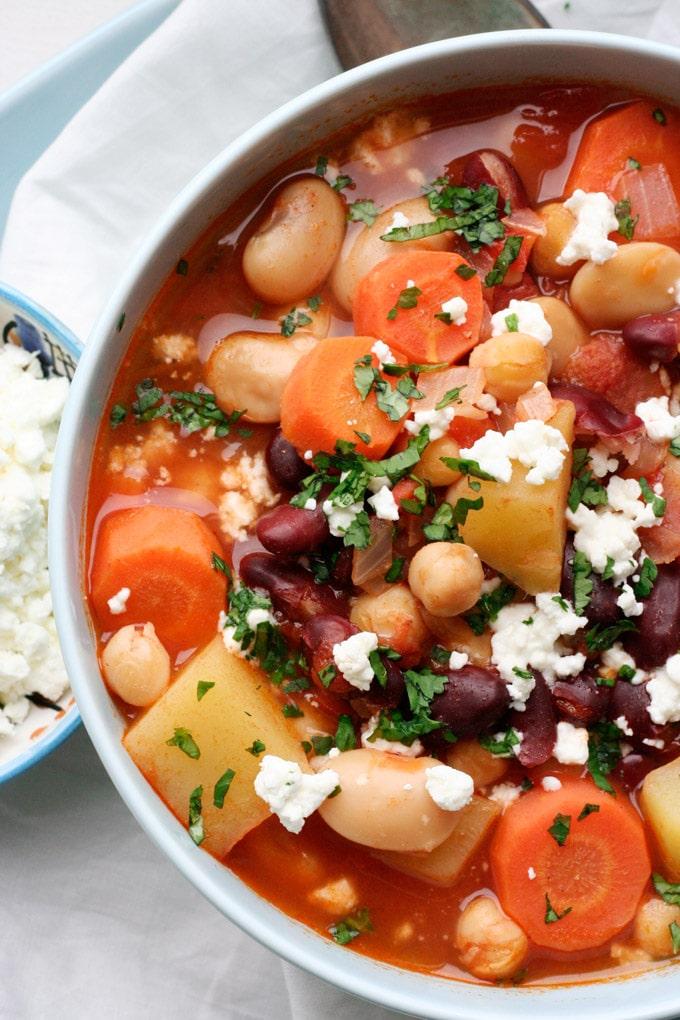 Kichererbsen-Bohnen-Stew mit Tomaten und Feta. Dieses Rezept ist herzhaft, einfach und erfordert nur einen Topf! - Kochkarussell.com