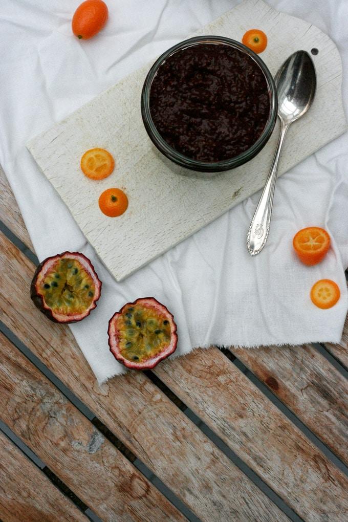 Einfacher und dekandent schokoladiger Chia-Schokopudding. Gesund, schnell gemacht und perfekt für Schokoholics - Kochkarussell.com