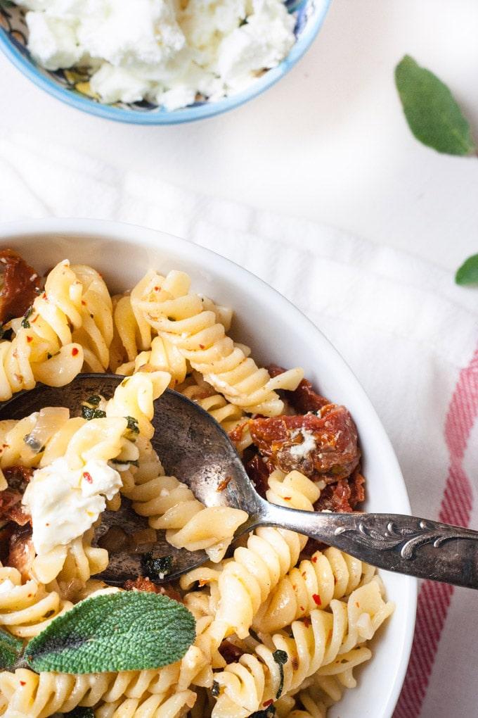 Gigantisch gute Pasta mit Salbei, getrockneten Tomaten und Feta - kochkarussell.com