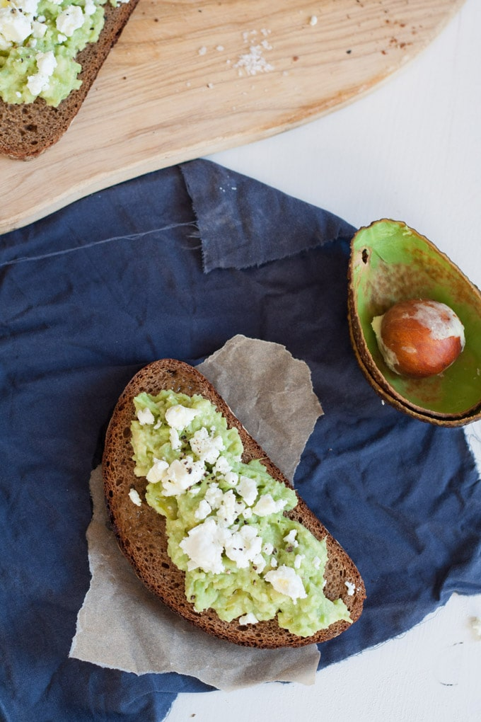 Avocado-Feta-Brot - Cremige Avocado, würziger Feta und in 10 Minuten fertig - kochkarussell.com