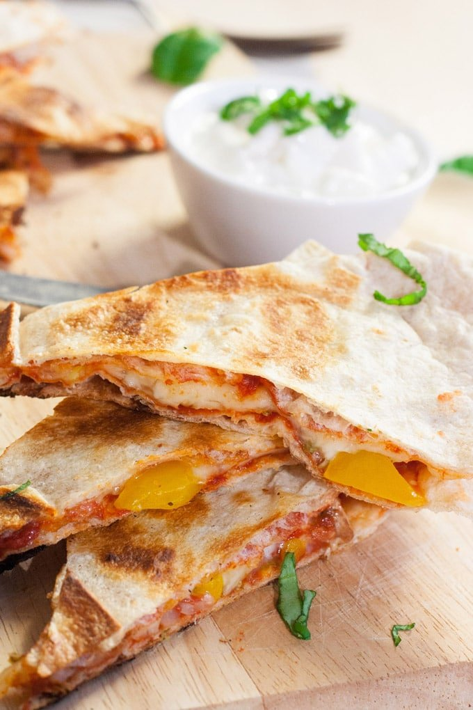 Pizzadillas - extrakäsig, knusprig und vollgepackt mit euren liebsten Pizza-Zutaten - kochkarussell.com