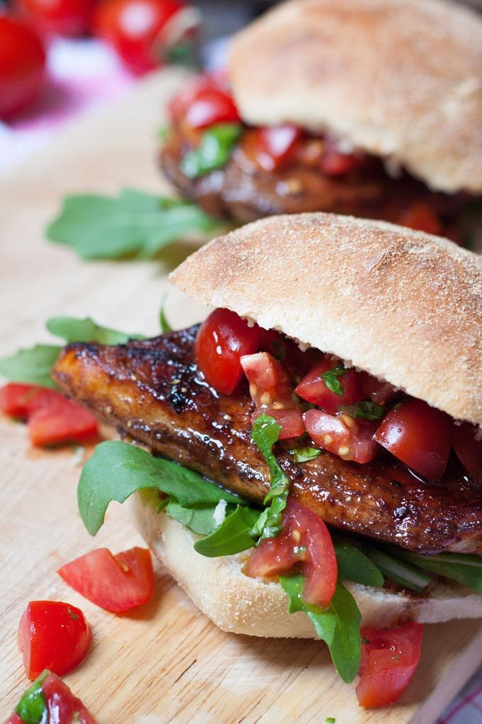 Saftiger Bruschetta Chicken Burger aus 8 Zutaten. Herzhaft, würzig und schnell gemacht - kochkarussell.com