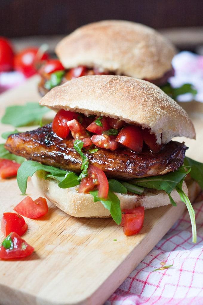 saftiger bruschetta chicken burger f r lieferheld werbung kochkarussell. Black Bedroom Furniture Sets. Home Design Ideas