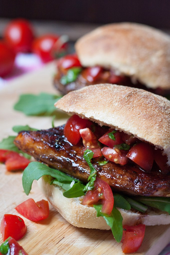 Soulfood im Herbst: Saftiger Bruschetta Chicken Burger. Kochkarussell - dein Foodblog für schnelle und einfache Feierabendküche #kochkarussell #herbstrezept #soulfood #chickenburger #feierabendküche