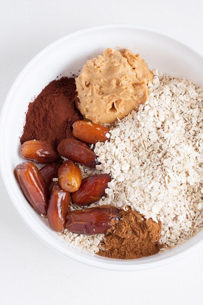 No-Bake Peanut Butter Energy Bites aus 6 Zutaten - kochkarussell.com