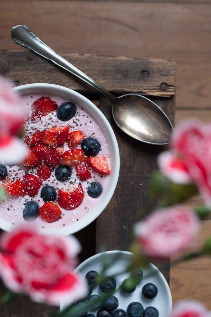 Very berry breakfast bowl ein rosa fr hst ckstraum for Wohnzimmertisch weinkiste