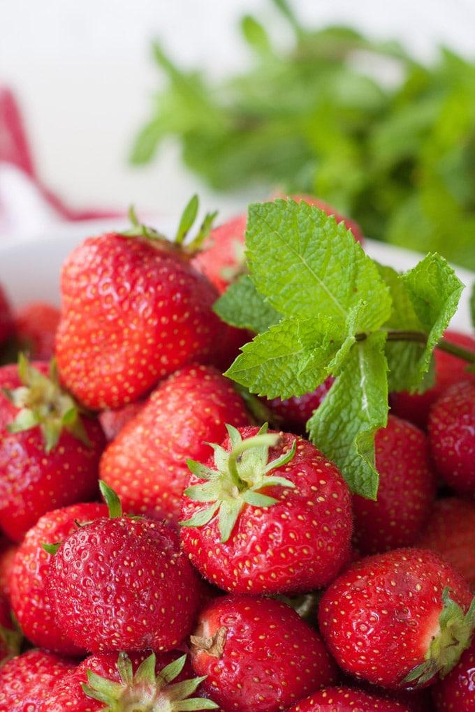 frische erdbeeren mit minze rezepte suchen. Black Bedroom Furniture Sets. Home Design Ideas