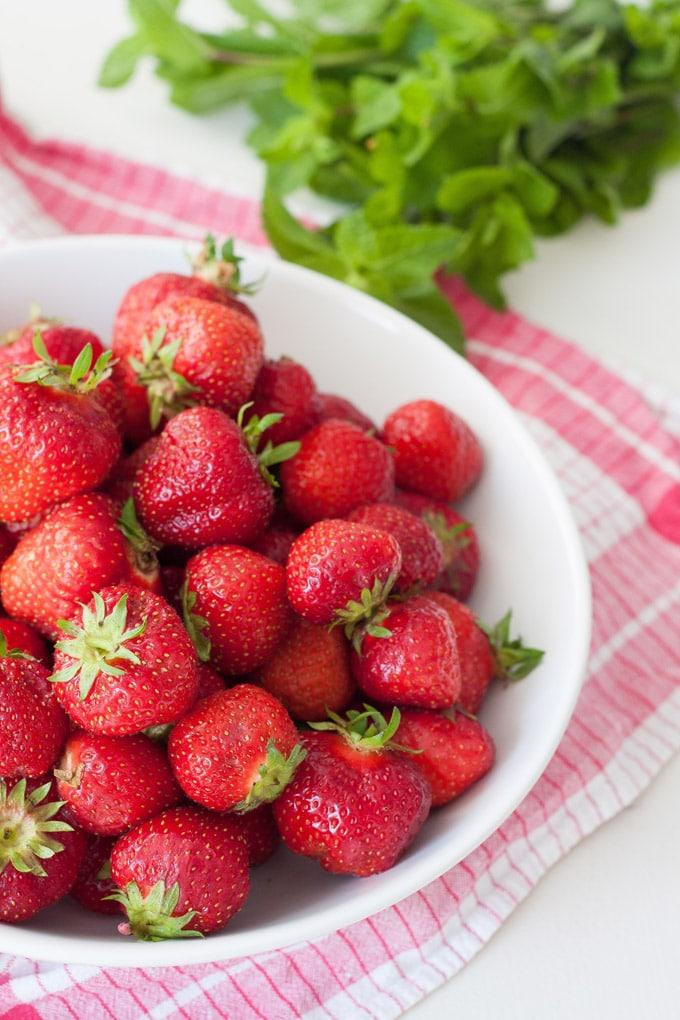 Erdbeeren für die Erdbeermarmelade mit Minze - kochkarussell.com
