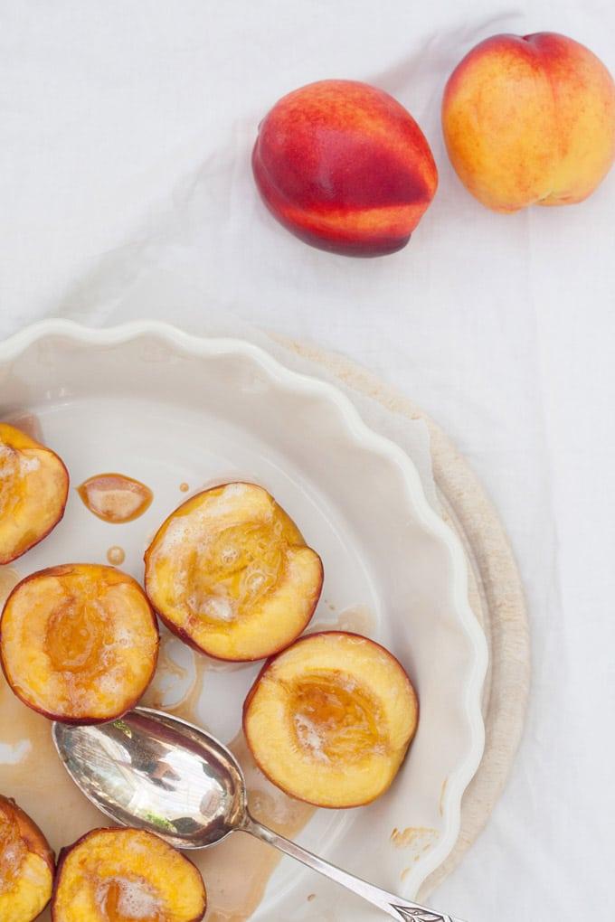 Saftige Honig-Nektarinen aus dem Ofen. Nur drei Zutaten und unglaublich lecker - Kochkarussell.com