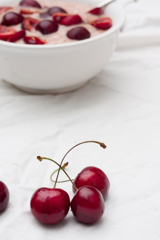 Erfrischung gefällig? Das blitzschnelle Kirsch-Bananen-Eis ist cremig, bananig und in 10 Minuten fertig. Wie KiBa zum Löffeln - kochkarussell.com