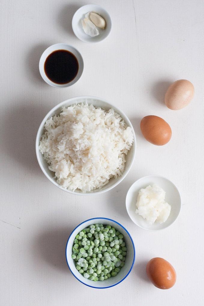 15-Minuten knuspriger Bratreis mit Erbsen. Schnell, einfach, köstlich - Kochkarussell.com