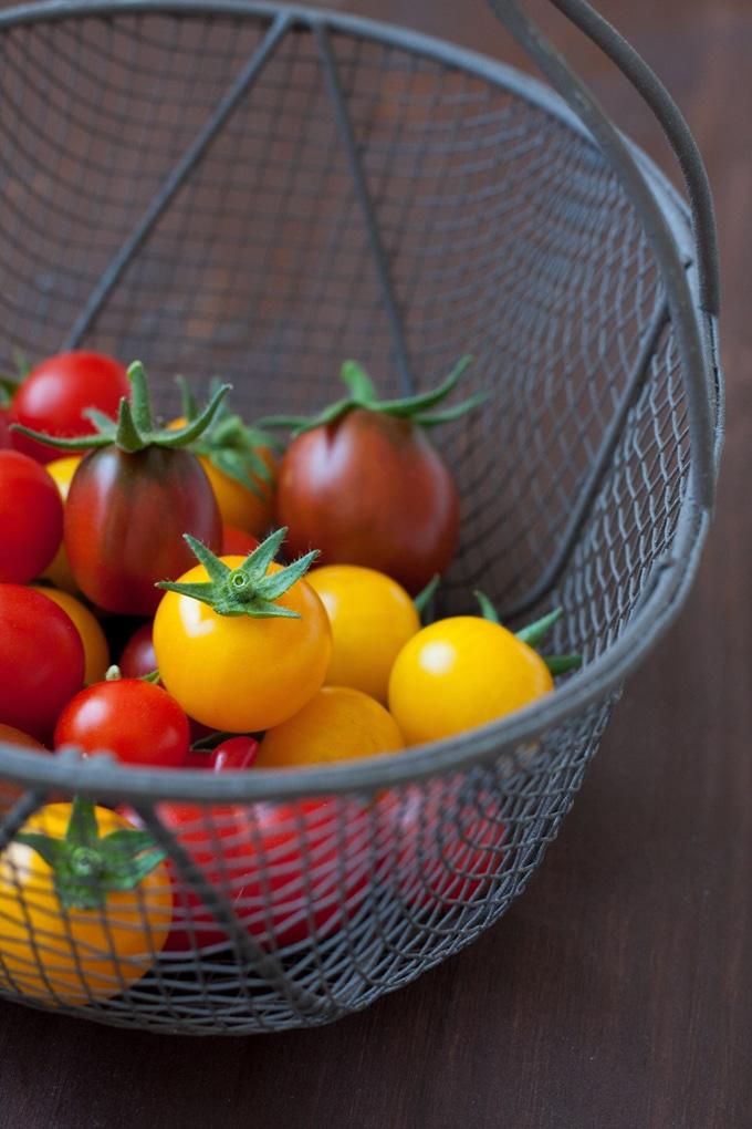 Bunte Tomaten für den Panzanella - Italienischer Brotsalat der Extraklasse. Schnell, kunterbunt, verdammt gut - kochkarussell.com