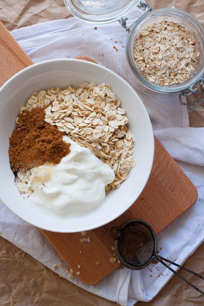 Zutaten für die Cinnamon Roll Overnight Oats. Wie Zimtschnecken zum Löffeln - kochkarussell.com