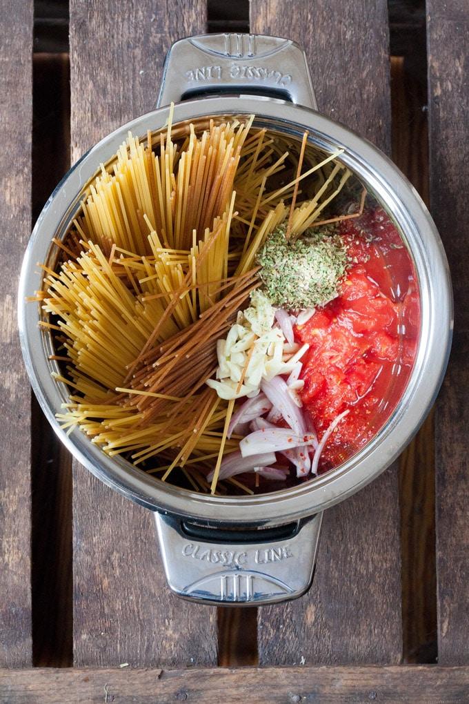 Schnell, einfach und genial gut - das One Pot Pasta Grundrezept ist perfekt für alle Pastaliebhaber mit wenig Zeit. Das Beste: In 12 Minuten fertig! - Kochkarussell.com #onepot #veggie #vegetarisch #rezept