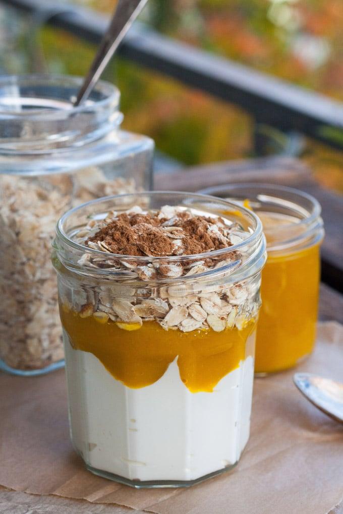 Die Pumpkin Pie Overnight Oats schmecken wie Kürbiskuchen zum Löffeln. Super einfach und unglaublich lecker - Kochkarussell.com