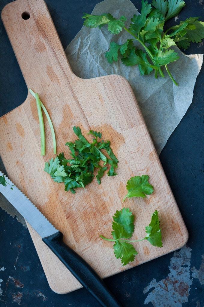 Koriander für die 20-Minute Thai Shrimp Soup - Würzig, wohlig warm und extraschnell fertig. Das perfekte Soulfood und schneller als der Lieferservice - kochkarussell.com