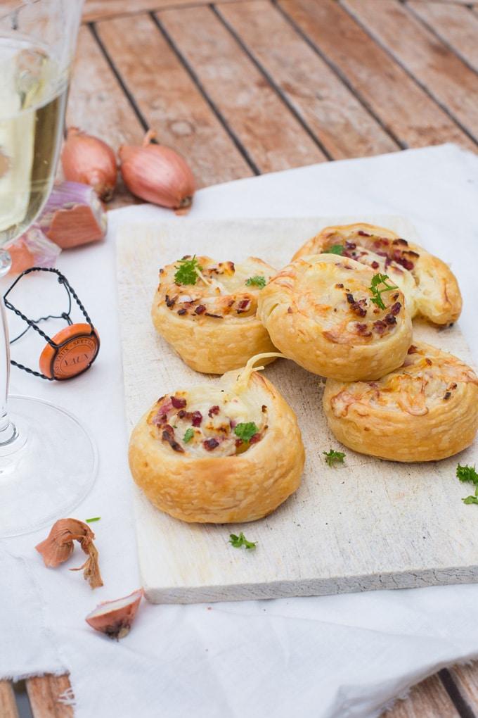 Werbung. Flammkuchen-Schnecken aus Blätterteig. Super einfach und kommt immer gut an - kochkarussell.com