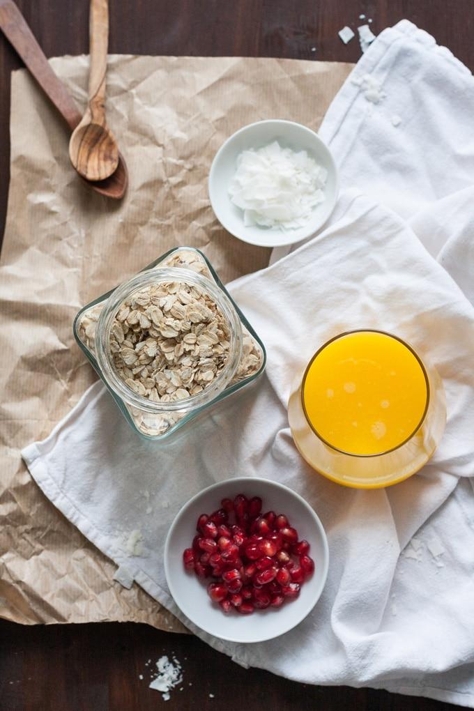 Für die Orangen Granatapfel Overnight Oats braucht ihr nur vier Zutaten und fünf Minuten Zeit. Knackig, leicht und richtig lecker - kochkarussell.com