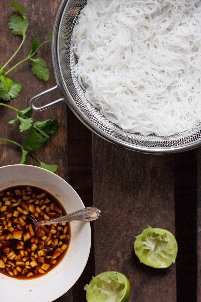 Gesundes Comfortfood: Veganer Glasnudelsalat. Schnell, knackig, leicht und vollgepackt mit exotischen Aromen. Unbedingt ausprobieren! Kochkarussell.com