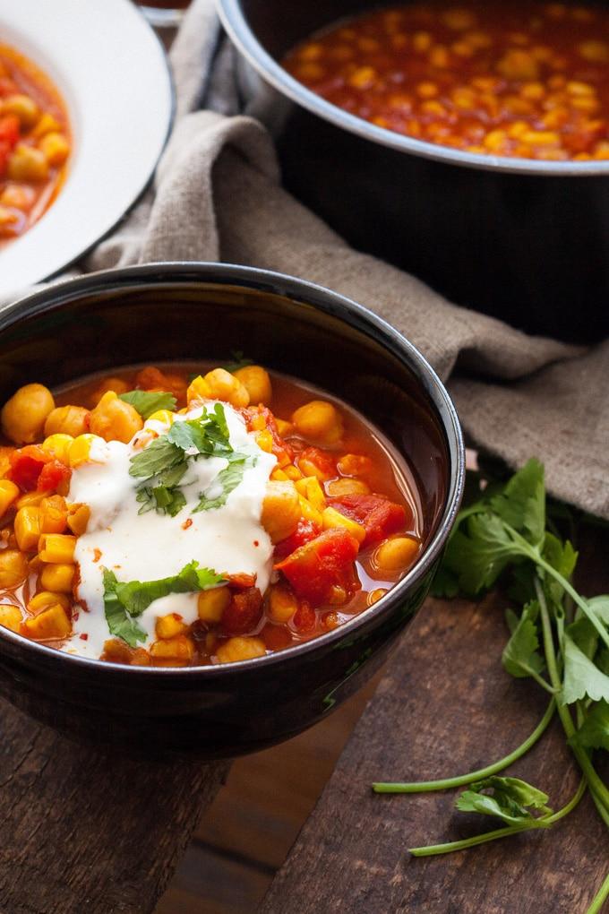 Kichererbsen-Stew mit Tomaten und Mais. 20 Minuten, herzhaft und unglaublich würzig. Perfekt für unter der Woche - kochkarussell.com