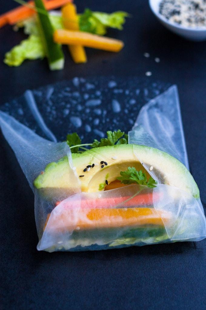Werbung. Summer Rolls mit schneller Erdnusssauce. Frisch, knackig und gesund! Perfekt als leichtes Abendessen und zum Mitnehmen - kochkarussell.com