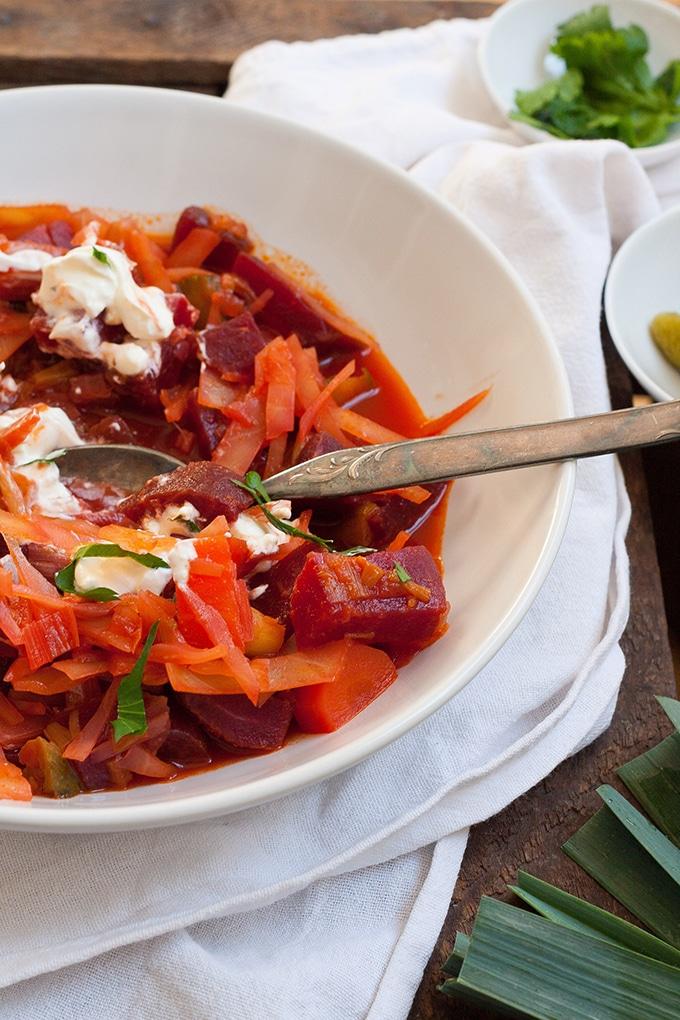 Das 30-Minuten Borschtsch ist herzhaft, würzig und schnell gemacht. Soulfood at it's best! - Kochkarussell.com