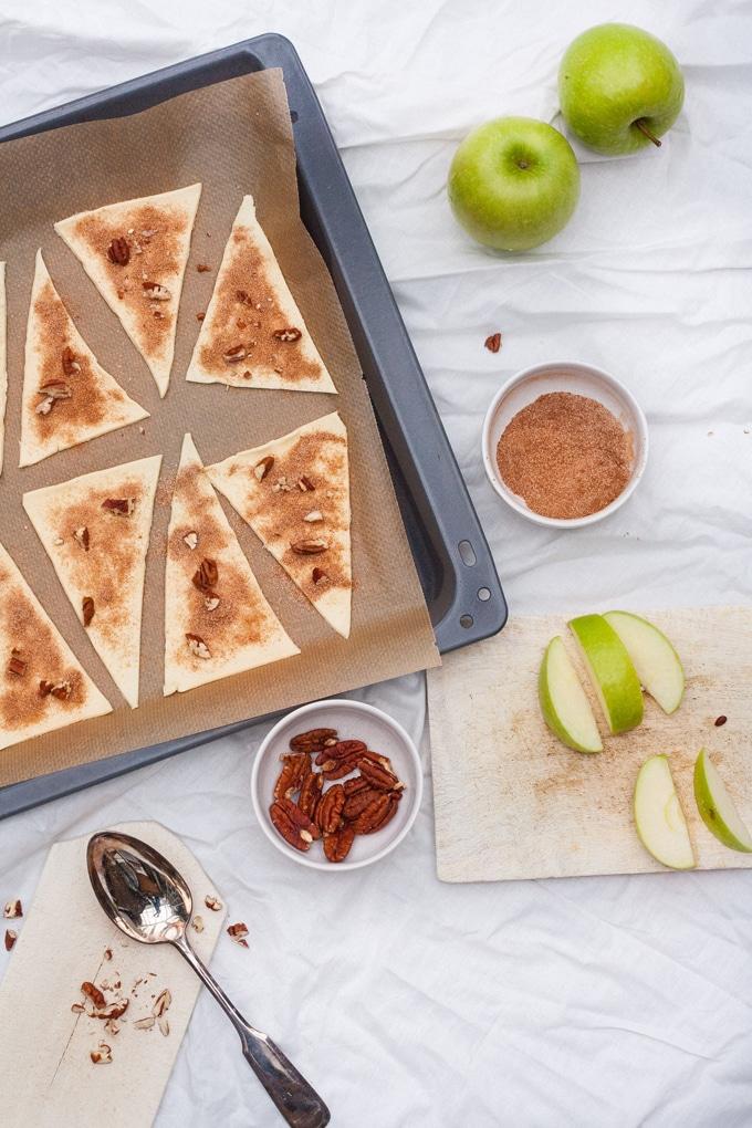Schnelle Apple Pie Bites sind perfekt, wenn spontaner Kaffeebesuch ansteht. 25 Minuten und blubbernde Apfel-Zimt-Füllung! Kochkarussell.com