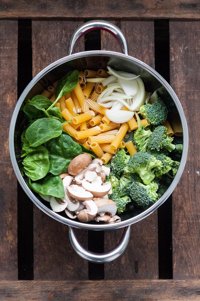 Werbung. One Pot Pasta Primavera. Schnell, einfach und unglaublich lecker - Kochkarussell.com