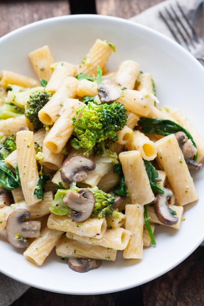 Einfache One Pot Pasta Primavera mit viel frischem Gemüse. Lecker! - Kochkarussell.com