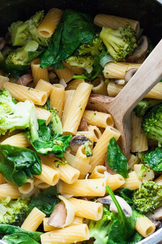 One Pot Pasta Primavera. Schnell, einfach und unglaublich lecker - Kochkarussell.com