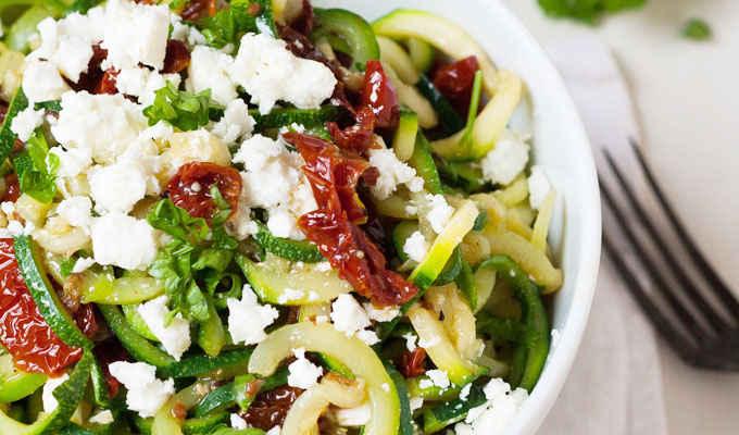 Zucchini-Spaghetti mit getrockneten Tomaten und Feta - Kochkarussell.com