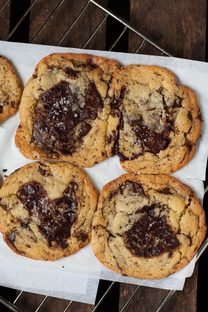 Chocolate Chip Cookies mit Meersalz. Vollgepackt mit dicken Schokostückchen! Für dieses einfache Rezept braucht ihr nur 9 Zutaten. Kein Kühlen notwendig - kochkarussell.com