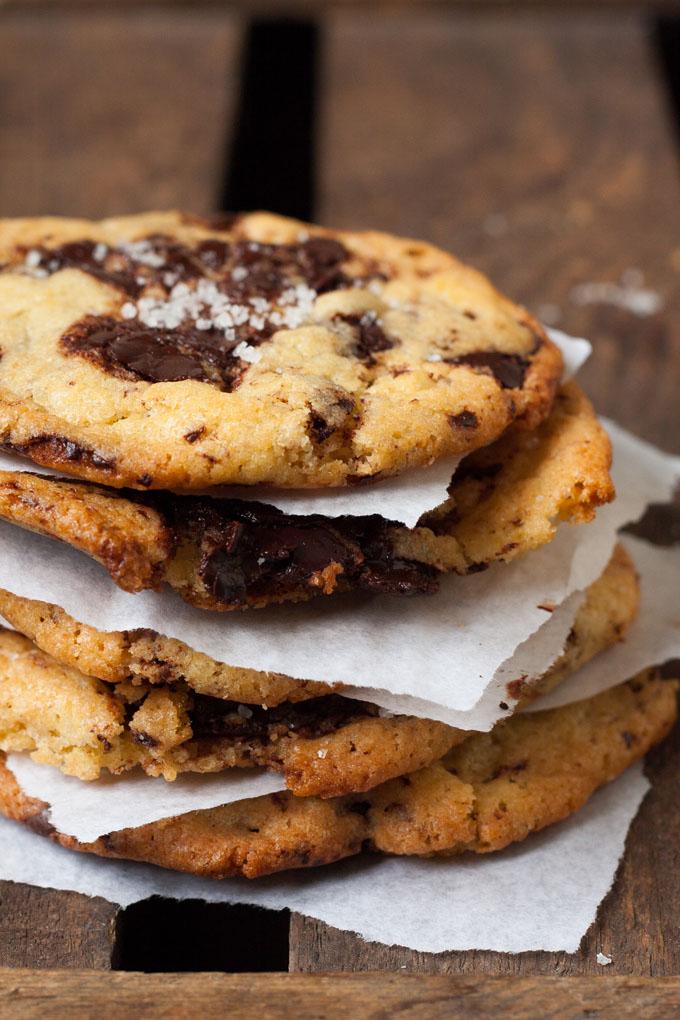 Werbung. Chocolate Chip Cookies mit Meersalz. Vollgepackt mit dicken Schokostückchen! Für dieses einfache Rezept braucht ihr nur 9 Zutaten. Kein Kühlen notwendig - kochkarussell.com