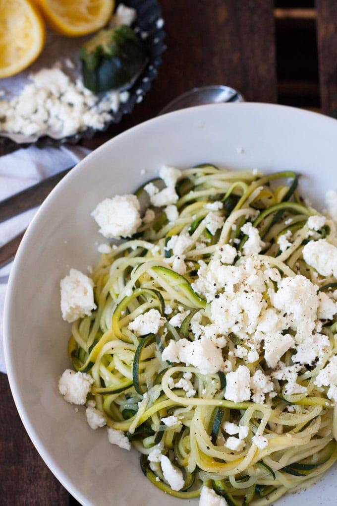 Werbung. Zucchini-Spaghetti mit Zitrone und Feta Low Carb - Kochkarussell.com